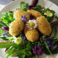 Polpette di fagioli (balins di fasuj) con insalata di campo