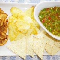 Antipasto piccante. Salsa chien e chips di igname e banana platano