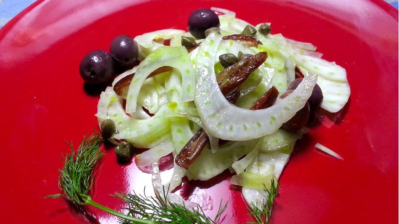 Insalata di finocchi, datteri, olive e capperi al limone