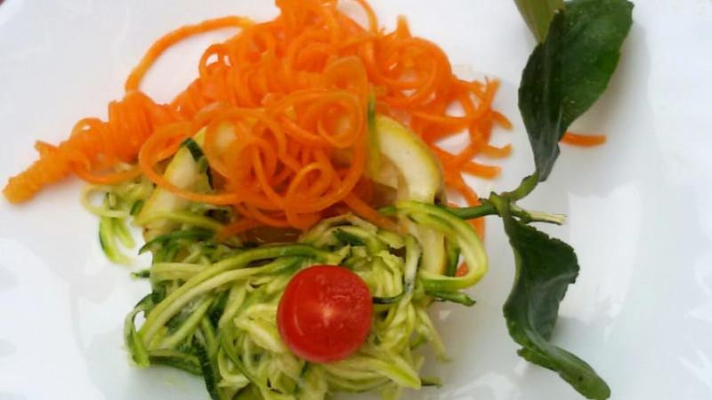 Spaghetti di verdure bicolore allo zenzero e limone - Biolcalenda di Giugno2019