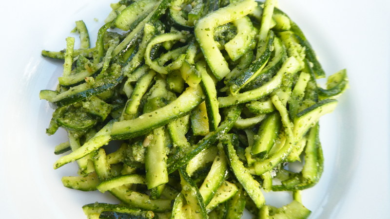 Zucchine con pesto di mandorle all'origano fresco - Biolcalenda di Giugno2019
