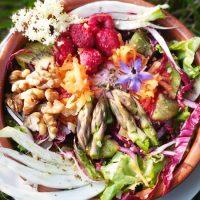 Insalata d'estate con salsa vegan ai lamponi ed erba cipollina - Biolcalenda di giugno2020